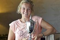 Kateřina Siniaková s trofejí pro vítězku wimbledonské čtyřhry.