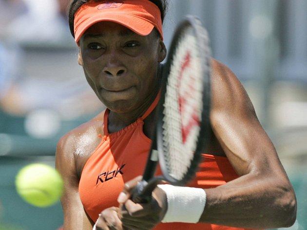 Venus Williamsová porazila na turnaji v Charlestonu Španělku Medinaovou 6:4 a 7:5.