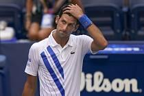 Srbský tenista Novak Djokovič poté, co byl diskvalifikován v osmifinále US Open za to, že neúmyslně zasáhl míčkem čárovou rozhodčí.