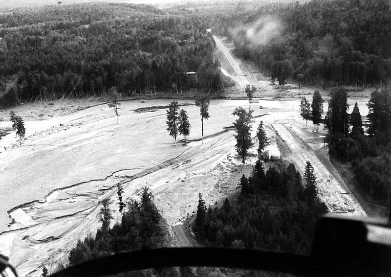 Bahenní povodeň zatopila po erupci na vícero místech státní silnici 504