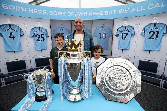 Vitrína s trofejemi Manchesteru City.