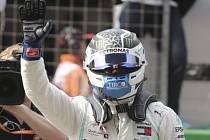 Jezdec Mercedesu Valtteri Bottas zdraví diváky po vítězství v kvalifikaci na Velkou cenu Číny.