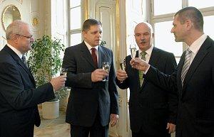 Kdysi na hradě, teď u soudu. Premiér Robert Fico navrhl (druhý zleva), prezident Ivan Gašparovič (vlevo) jmenoval. Igor Štefanov (první zprava) nahradil v dubnu 2009 Mariana Januška (druhý zprava). Dnes stojí oba jmenovaní před soudem