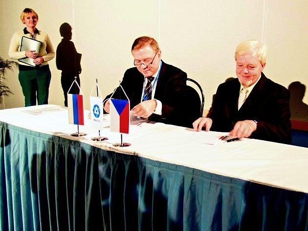 VĚDA A BYZNYS. Viceprezident společnosti Rusatom Overseas Leoš Tomíček (vlevo) a děkan Fakulty strojní ČVUT František Hrdlička podepsali dohodu o spolupráci.