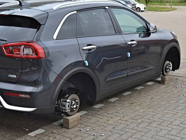 V nizozemském autosalonu Kia někdo z vozů ukradl 56 kol.