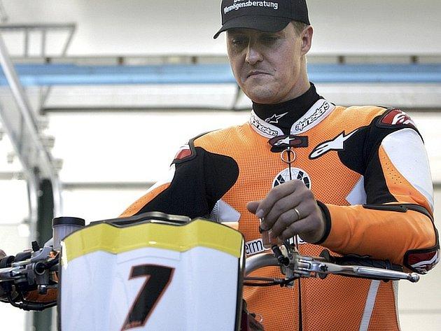 Michael Schumacher se svým motocyklem KTM před závodem v Misanu.