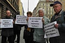 Podvedení klienti H-Systemu před budovou soudu v Praze. Snímek z října 2014.