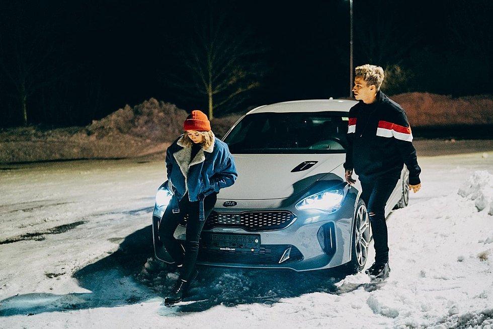 Záběr z videoklipu k singlu Spolu/Sami.
