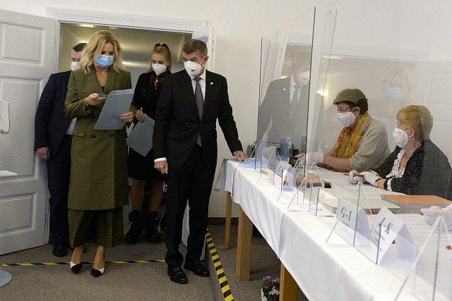 Premiér Andrej Babiš s manželkou odevzdali v Průhonicích u Prahy svůj hlas v krajských volbách.