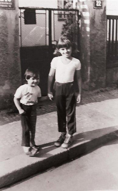 Perly rodinných archivů nyní vkrabicích sfotografiemi objevuje iAlice Bendová. Nasnímku je se svou mladší sestrou.