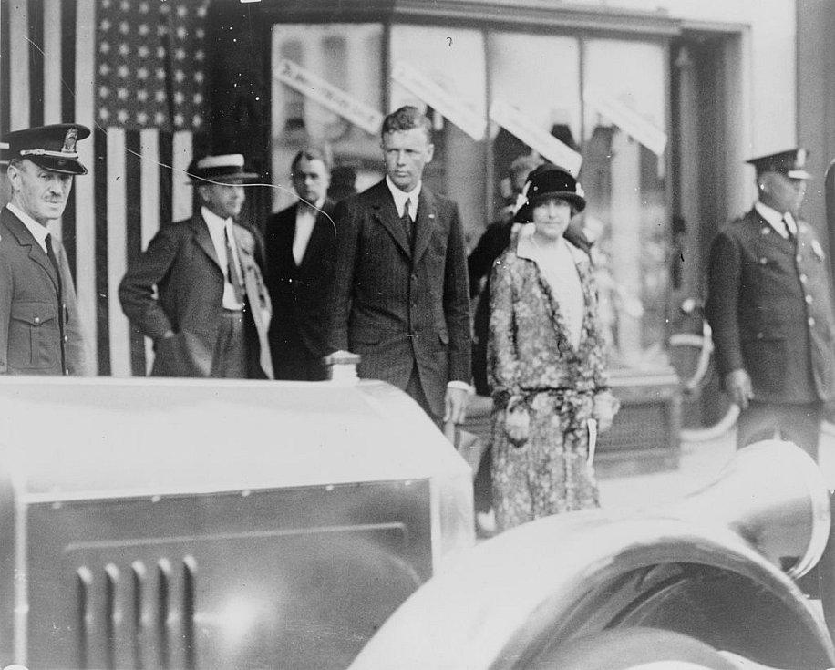 Charles Lindbergh s manželkou po návštěvě kostela ve Washingtonu, období před válkou