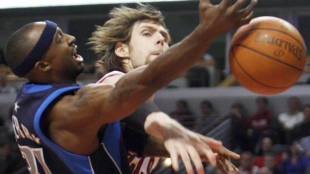 Andres Nocioni z Chicaga (vpravo) blokuje střelu dallaského Jasona Terryho. Bulls nakonec zvítězili 98:91.