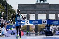 Eliud Kipchoge zaběhl v Berlíně nejrychlejší maraton roku.