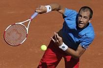 Lukáš Rosol v semifinále Davis Cupu proti Jo-Wilfried Tsongovi.