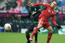 Theodor Gebre Selassie z Brém (vlevo) se snaží zastavit akci Francka Ribéryho z Bayernu Mnichov.