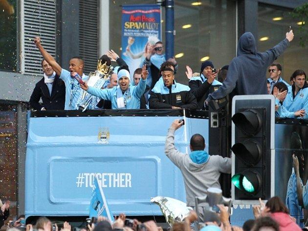 Fotbalisté Manchesteru City slaví titul v Premier League.
