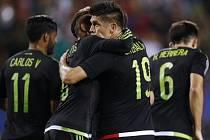 Fotbalisté Mexika se radují z gólu proti Kubě.