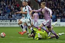 Matěj Vydra z Readingu (vpravo) se prosazuje proti Huddersfieldu.
