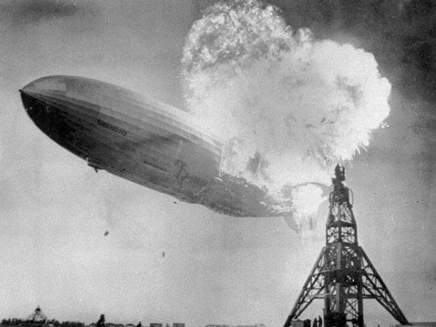 Archivní snímek z 6. května 1937, kde osobní vzducholoď Hindenburg z neznámých příčin vzplanula.