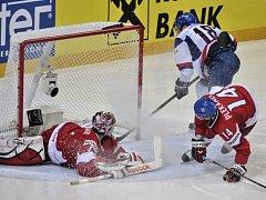 Jakub Kovář inkasuje gól od Miroslava Šatana ze Slovenska (vpravo) na mistrovství světa.