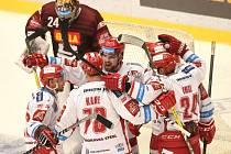 Hokejisté Třince se radují z gólu proti Spartě.