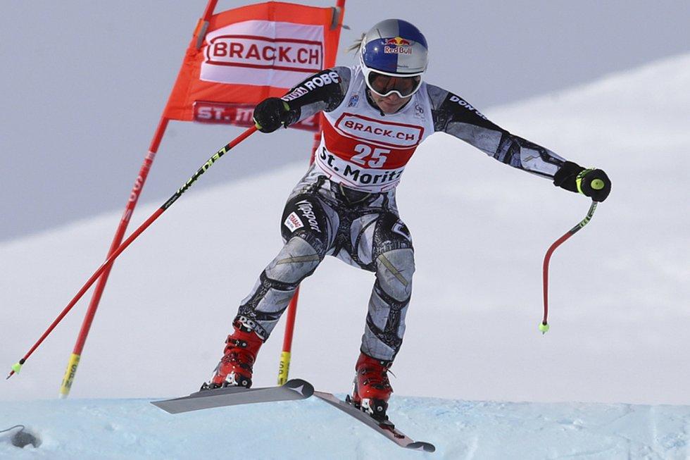 Ester Ledecká na trati superobřího slalomu v lyžařském Světovém poháru ve Svatém Mořici