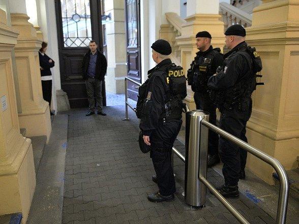 Policisté z Útvaru odhalování korupce a finanční kriminality zasahovali 22. března ráno v sídle Správy železniční dopravní cesty (SŽDC) v pražské Dlážděné ulici.
