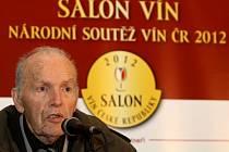Kolekce Salonu vín je každoročně vybrána odbornou komisí a podle ředitele Národního vinařského centra (NVC) Pavla Kršky je Salon vín výkladní skříní tuzemského vinařství. Na snímku je prof. Vilém Kraus (vpravo), čestný předseda Salonu vín.