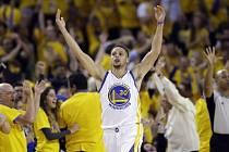 Stephen Curry slaví postup.