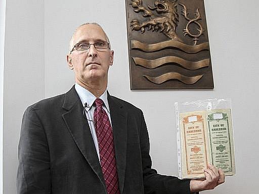 Bývalý americký právník Edward Fagan s dluhopisy vydanými v roce 1924