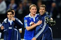 Střelci Schalke Raúl (vpravo) a Benedikt Howedes se radují z vítězství nad Interem Milán.