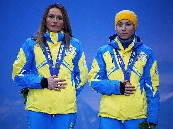 Gesto. Bronz vodičky Lady Nesterenkové a Oksany Shyškovové z běhu na lyžích nebylo vidět