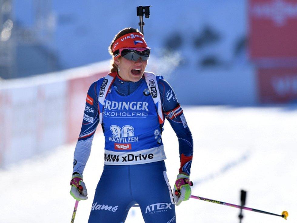 Gabriela Koukalová se raduje z triumfu na mistrovství světa.