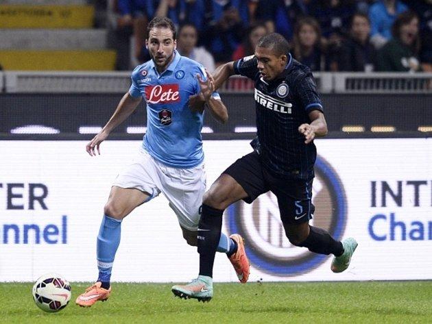 Gonzalo Higuaín z Neapole (vlevo) a Juan Jesus z Interu Milán.