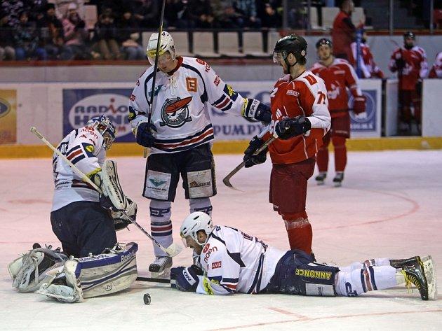 Hokejisté Chomutova (v bílém) proti Olomouci.