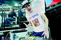 DJ Roxtar dostává na MS fanoušky svou hudební show do varu.