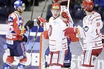 Kanonýr Třince Václav Varaďa (uprostřed) se raduje z gólu proti Pardubicím.