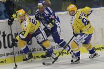 Hokejisté Zlína (ve žlutém) si díky kanonádě vynutili proti Brnu sedmý duel.