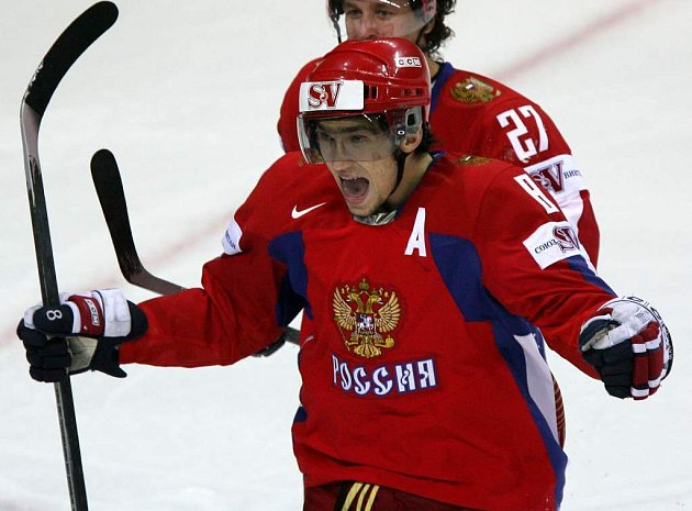 Alexandr Ovečkin je i přes své mládí jedním z tahounů ruské Sborné.