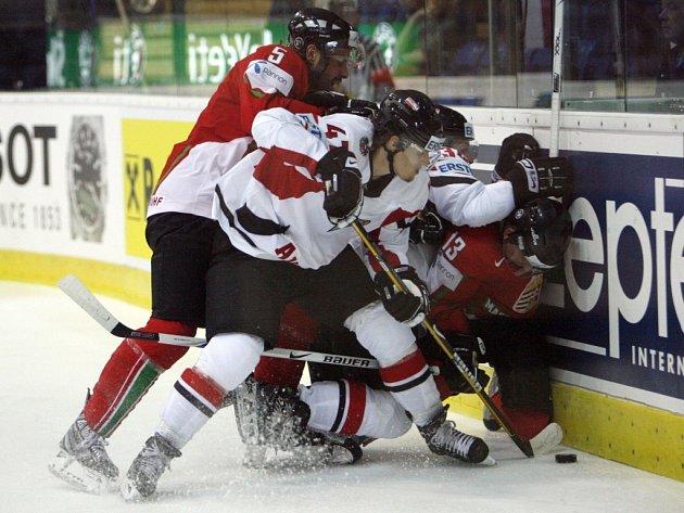 Rakouští hokejisté rozstříleli v zápase skupiny o udržení na mistrovství světa ve Švýcarsku Maďarsko šesti góly.