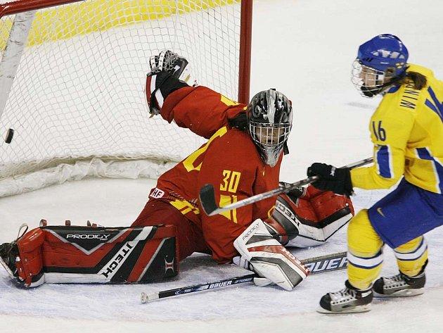 Švédka Pernilla Winbergová překonává čínskou brankářku  Yao Shi. Švédky deklasovaly Čínu 12:2.