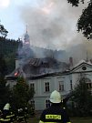Hasiči bojují s požárem zámku v Horním Maršově