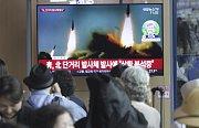 Lidé na nádraží v jihokorejském Soulu 4. května 2019 sledovali v televizi archivní záběry na rakety, které odpálila KLDR