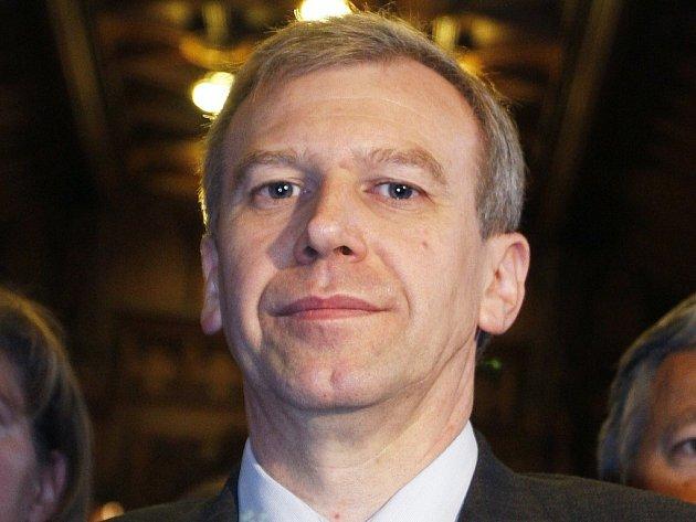 V souvislosti s přetrvávajícími potížemi bankovního domu Fortis oznámil belgický premiér Yves Leterme, že skládá svůj úřad.