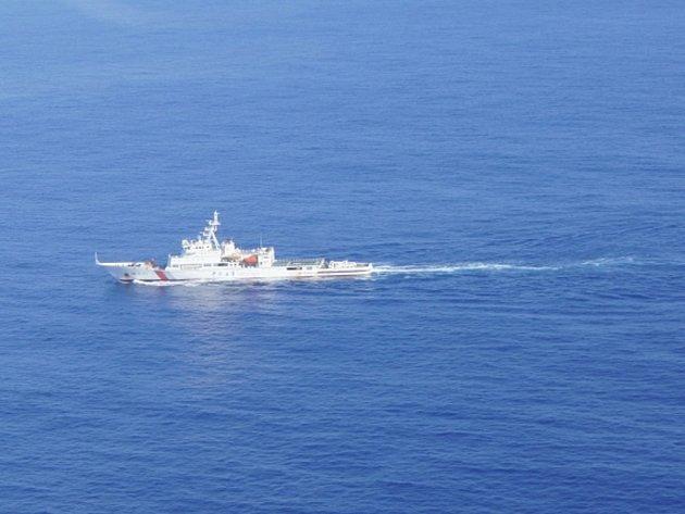 Čínská hlídková loď Haixun 01 hledá malajské tryskové dopravní letadlo MH370.
