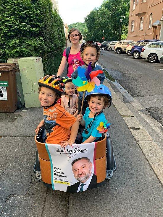 Pro dopravu dětí využívá po Teplicích Ludmila Mráčková místo auta ekologickou rikšu.