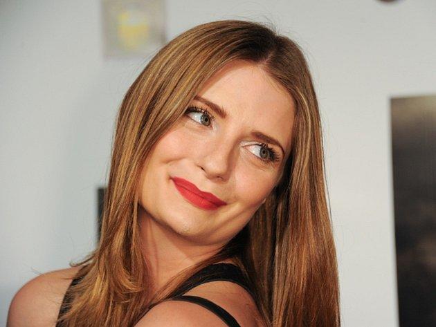 Herečka Mischa Bartonová, která je známá především z televizního seriálu O.C., v úterý v Los Angeles podala žalobu proti vlastní matce.
