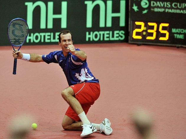 Radek Štěpánek slaví postup českých tenistů do čtvrtfinále Davis Cupu.