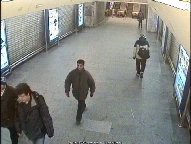 Pražská policie hledá muže, který podle ní ve čtvrtek kolem půlnoci poblíž metra Stodůlky brutálně znásilnil mladou ženu o francouzské holi.