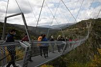 Most dlouhý 516 metrů se pohupuje na ocelových lanech ve výšce 175 metrů nad kaňonem řeky Paiva jihovýchodně od Porta.